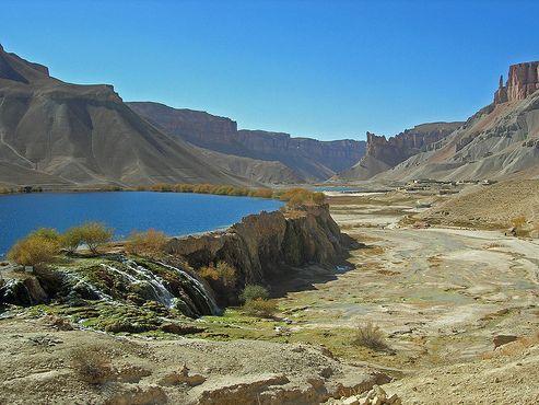 Озеро Банди-Хайбат в окружении 12-метровых травертиновых стен