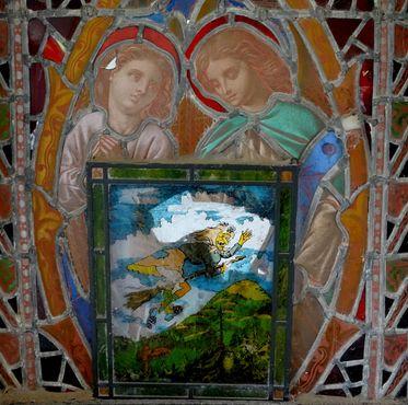 Витраж с изображением святых и ведьмы