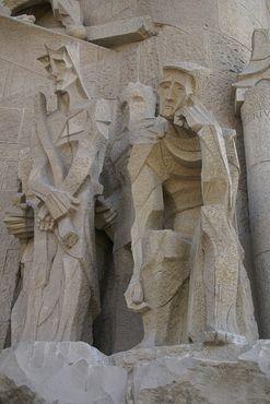 Строгие, угловатые фигуры фасада Страстей являются одними из наиболее спорных особенностей церкви