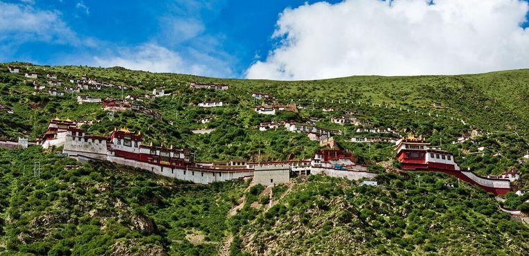 В монастырский комплекс входят молельные залы, храмы и кельи