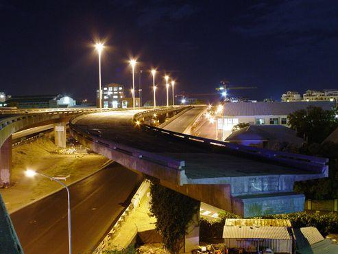 Незаконченный мост Кейптауна ночью