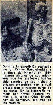"""Одно из немногих и редких изображений мумии, найденных после смерти Кнохе. Перевод гласит: """"Во время экспедиции, проведенной центром на ферму """"Экскурсиониста Кнохе"""" в 1929 году, некоторые члены отметили, что трупы были вывезены из ниш, были разбросаны, а часть останков забрали. На фотографиях, сделанных Рафаэль Ромеро, мы видим Ольгу Энгельс, сегодня с одной из мумий"""