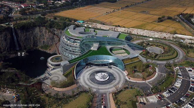 Отель с естественным водопадом слева