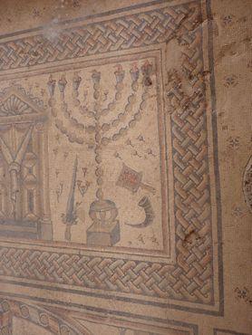 Мозаика, изображающая меноры, шофары, пальмовые листья и другие ритуальные предметы