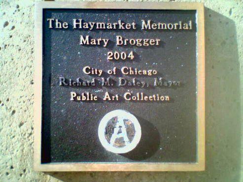 Мемориальная доска, на которой место городской печати занимает анархистский символ