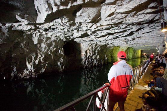 Фарватер и терраса для зрителей внутри туннеля Чжайшань