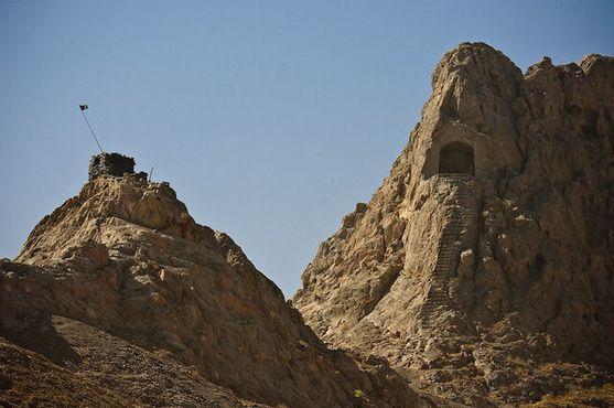 Вид на лестницу, ведущую в пещеру