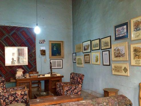 Стены кабинета украшены произведениями искусства и экспонатами