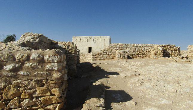 Недавно построенный форт на фоне руин