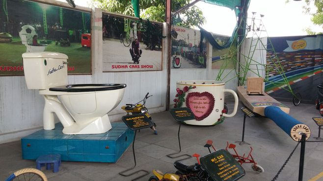 Туалетная машина, машина из кофейной кружки и крикетная бита.