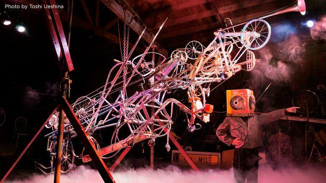 Голова генерала Коробки на сцене вместе с кинетической скульптурой «Пусковая установка мыслей»
