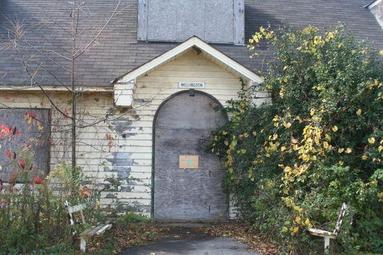 Вход в заброшенное административное здание Веллингтон