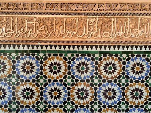 Плитка заллидж и арабская вязь на стенках в медресе Бен Юсуфа