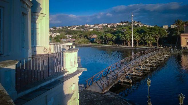 Вид на мост и берег озера с балкона коттеджа