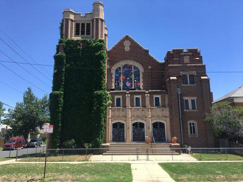 Фасад церкви, расписанный Кенни Шарфом
