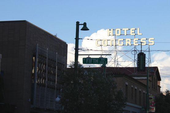 Отель возвышается над городом