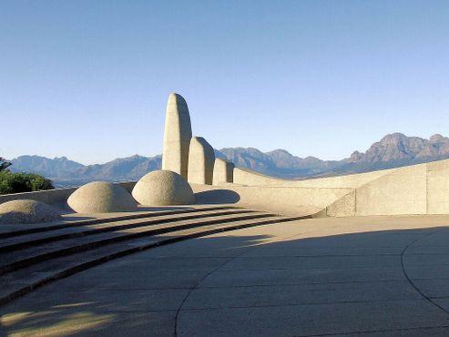 Памятник языку африкаанс с видом на долину Паарл