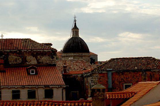 Купол кафедрального собора над крышами домов