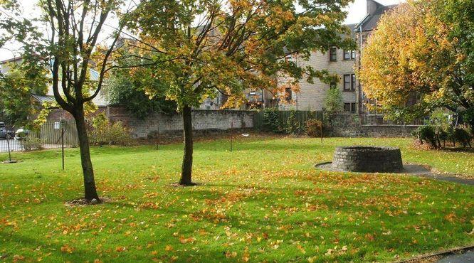 Рядом с мемориалом находятся остатки виселицы Гэллоу Грин и старого колодца