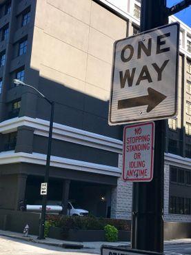 Угол, на котором расположен клуб пинг-понга. Где также находится односторонняя улица, ведущая в оба направления