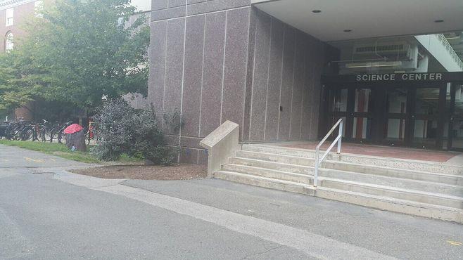 Дом Винни-Пуха прямо рядом у входа в Гарвардский научный центр