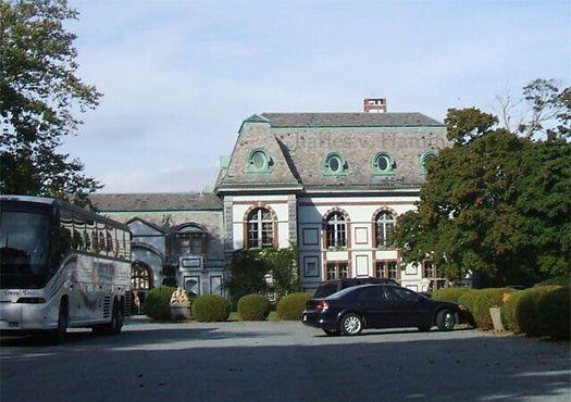 Восточный фасад замка Белкорт (первоначально его задняя часть) выходит на Бельвю-авеню