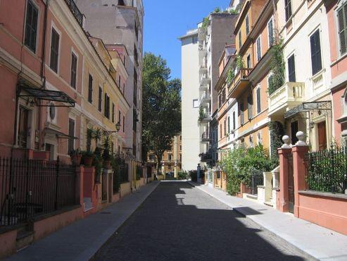 """Улица Бернардо Челентано, """"Маленький Лондон"""", Два дома на Via del Vignola, не подходящих по стилю."""