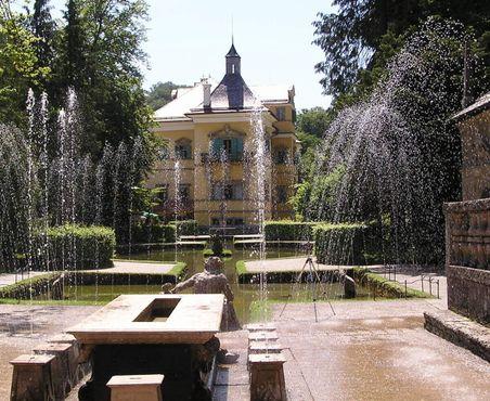 Дворец Хельбрунн и множество фонтанов. Шутиха Королевский стол на переднем плане