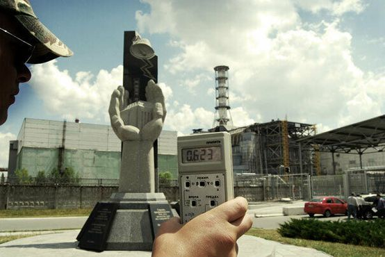 Счетчик Гейгера регистрирует излучение за пределами Чернобыльского ядерного реактора