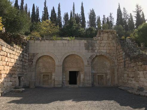Вход в Пещеру гробов
