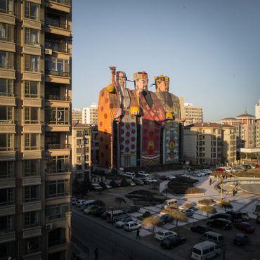 Фигуры на фоне обычных зданий