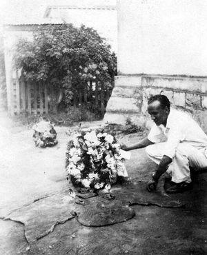 Скорбящий поклонник возлагает венок на могилу Губерты в 1931 году