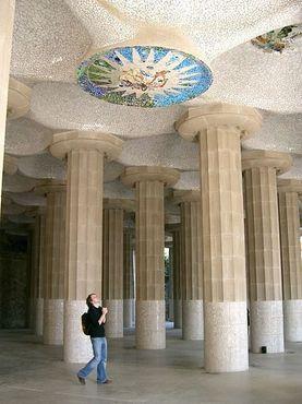Рассматривая мозаичную плитку на потолке
