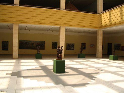 Одинокая статуя в пустующем помещении