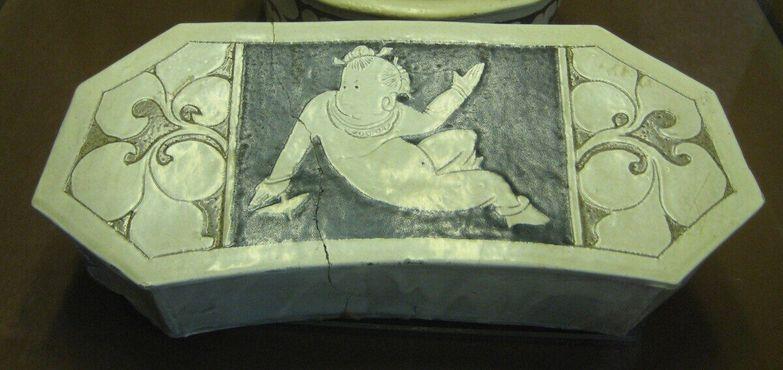 Восьмиугольная подушка с изображением ребенка, относится к династии Цзинь