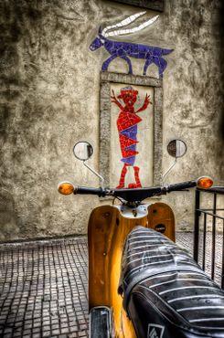 Старый мопед и граффити в Кунстхофе