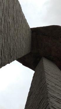 На трёх колоннах установлена каменная глыба