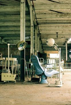 Старое стоматологическое кресло в полуразрушенной больнице