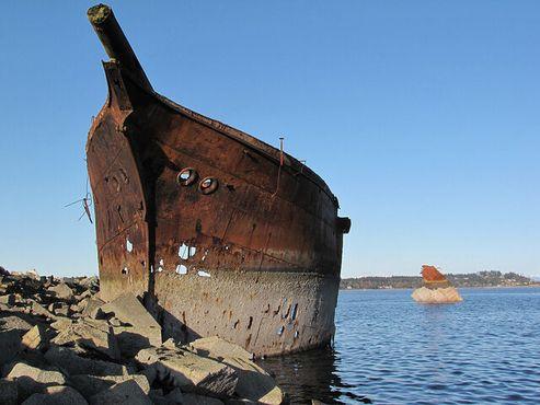 Затопленное судно «Риверсдейл» на мелководье