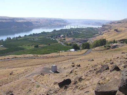 Вид сверху на могилу Сэма Хилла и реку Колумбия