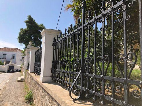 Забор, окружающий двор и особняк