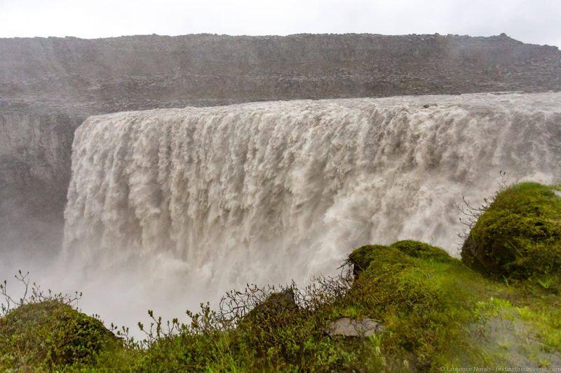 водопады Исландии 25 лучших водопадов Исландии aHR0cHM6Ly93d3cuZmluZGluZ3RoZXVuaXZlcnNlLmNvbS93cC1jb250ZW50L3VwbG9hZHMvMjAxOC8wOC9EZXR0aWZvc3NfYnlfTGF1cmVuY2UtTm9yYWgtMi5qcGc