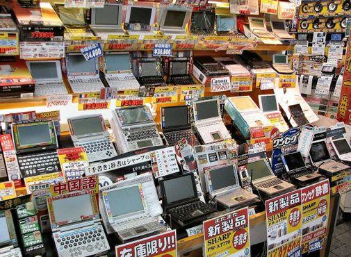 Личные гаджеты продаются в Акихабара, примерно 2008 год