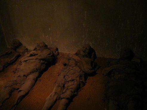Тела мумифицированных монахов были уложены аккуратными рядами под церковью