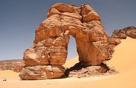 Самая большая из естественных арок (обратите внимание на внедорожник слева)