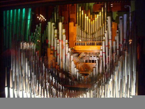 Трубы органа «Могучий Вурлитцер» в Музыкальном зале