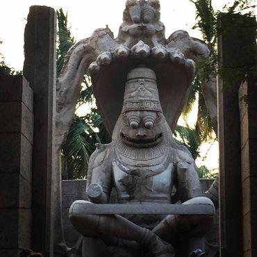 Угранаршимха (Ужасно могущественное божество- «Югра» - с головой льва-шимха и туловища человека - Нара). Статуя была разрушена, и на ее место было установлена статуя его супруги-Лакшми,.