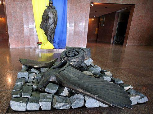 Сбитый нацистский орел (Рейхсадлер) в вестибюле музея