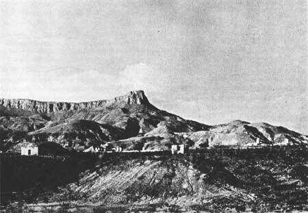 Лахитас, Техас 1936 г. Сооружение слева - это торговый пост. Развалины заброшенного армейского поста находятся в центре и справа. На горизонте - гора Лахитас Меса