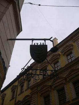 """На вывеске изображены сосуд и змея (древние символы, обозначающие аптеку): """"1735 Аптека Музей"""""""